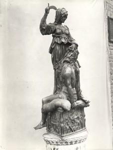 Donatello, Giuditta e Oloferne, metà sec. XV. Firenze, Palazzo Vecchio, Sala dei Gigli